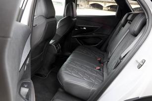 Les places arrière sont moyennement spacieuses mais largement suffisantes dans l'absolu.