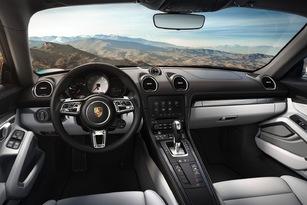 À l'intérieur, la Porsche semble plus bourgeoise avec un écran plus grand et de nombreux boutons!