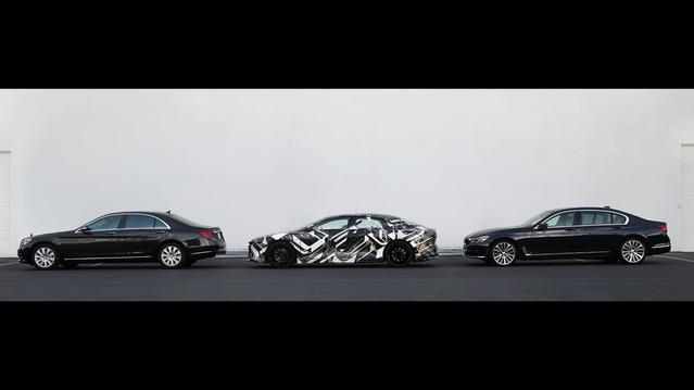La Lucid Air, ici entre une Mercedes Classe S et une BMW Série 7.