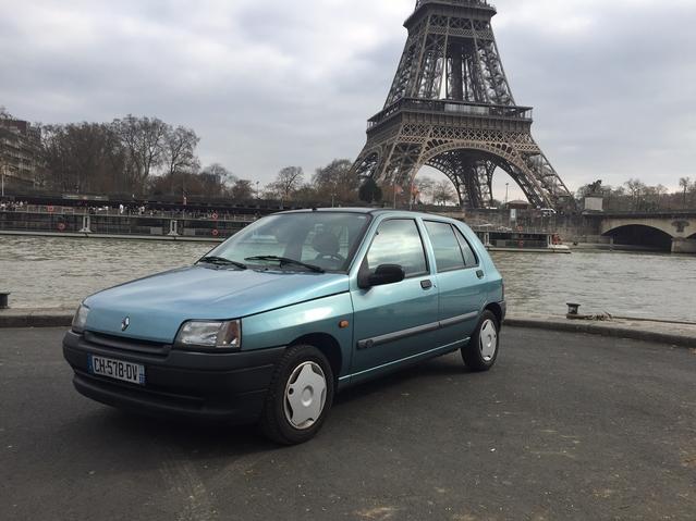 Les voitures pré-1997 comme cette Clio 1 sont désormais interdites de circulation à Paris en semaine de 8 à 20 heures. Une mesure que beaucoup trouvent injuste, ces modèles ne réprésentant qu'une infime partie du parc roulant dans la capitale et appartenant aux franges les moins aisées de la population.