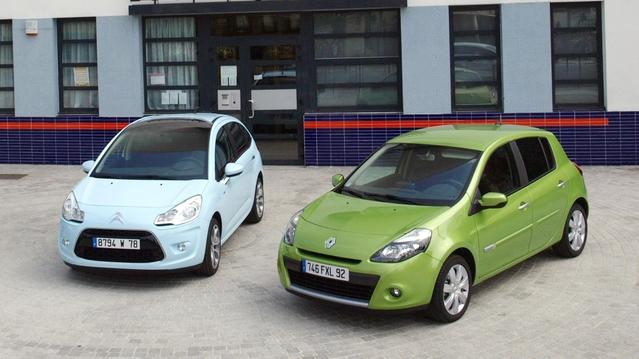 À gauche, la Citroën C3 de deuxième génération, avant restylage. À droite, la Renault Clio 3, après restylage.