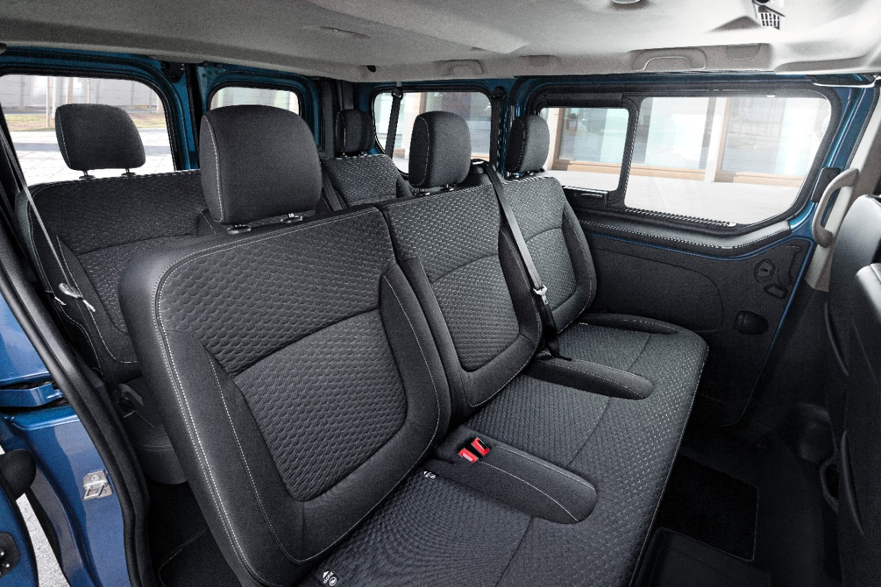 l 39 opel vivaro joue les l gants avec la finition tourer. Black Bedroom Furniture Sets. Home Design Ideas