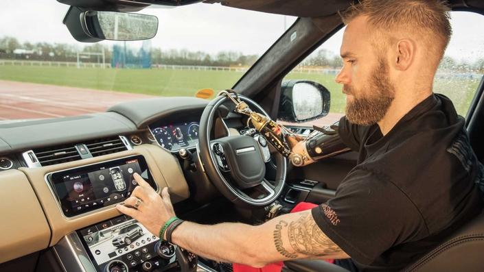 Jaguar Land Rover développe des portières pour les handicapés