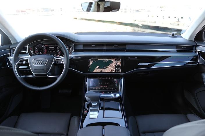 Le cockpit évolue de manière significative au profit de l'ergonomie notamment grâce aux deux écrans multimédias.