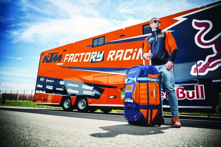 KTM complète son offre avec pour 2018 une gamme de vêtements de sport