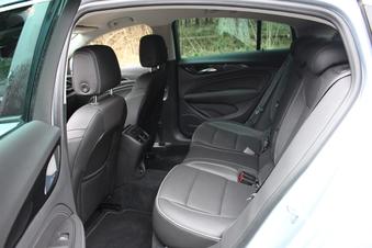 Les places arrière sont vastes pour deux passagers.