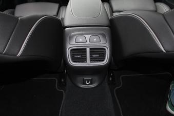Les passagers arrière dispose de sièges chauffants et d'une prise USB.