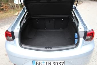 Désormais exclusivement 5 portes, elle offre un volume de 490 litres.