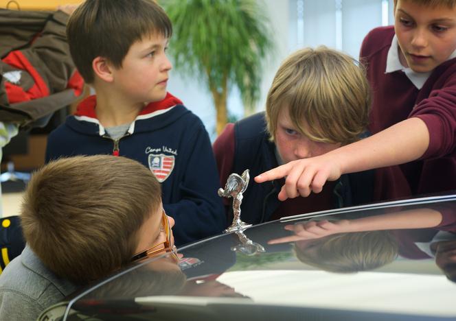Des écoliers français en visite chez Rolls-Royce