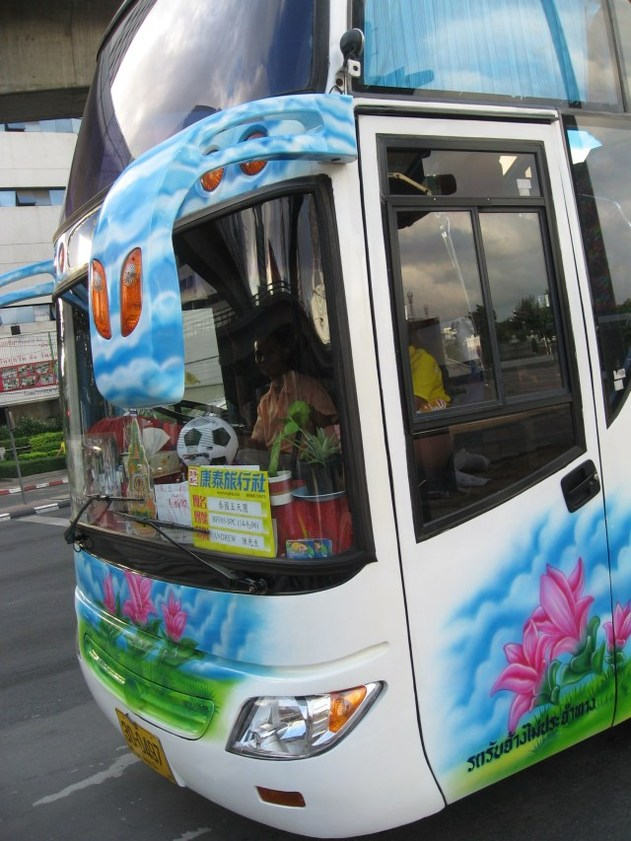 Taxis et cars à la Thaïlandaise : saveur fruitée tendance flashy