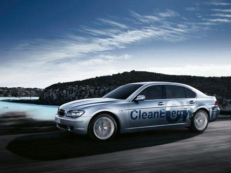 Le Prince Albert II de Monaco au volant d'une BMW Série 7 Hydrogen