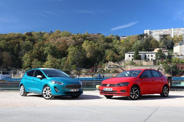 La Ford Fiesta est photographiée en TDCi 85 ch. La Volkswagen Polo est en finition First Edition et non Confortline.