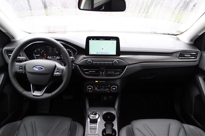 A bord, l'ergonomie s'améliore grandement avec beaucoup moins de boutons.