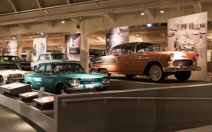 Ford et GM sont liés dans ce musée, la preuve ici : au premier plan une Chevrolet Bel Air, au second une Mercury (la marque faisait partie du groupe Ford) Cougar...