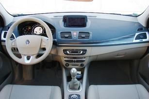 La planche de bord avant restylage. Plus moderne, mieux présentée et finie que sur la Mégane 2. Mais sans grande originalité non plus.