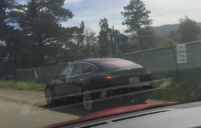 Surprise : la Tesla Model 3 se montre un peu plus