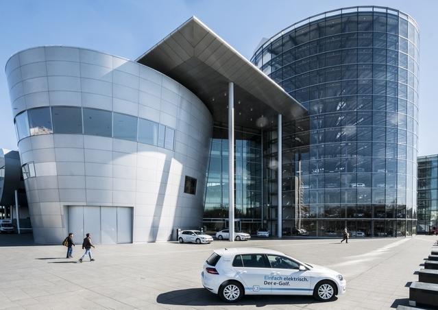 Entre 2001 et 2016, l'usine de Dresde a accueilli la production des VW Phaeton et Bentley Flying Spur. Haute de 40 mètres, la tour transparente permet de stocker les voitures assemblées.