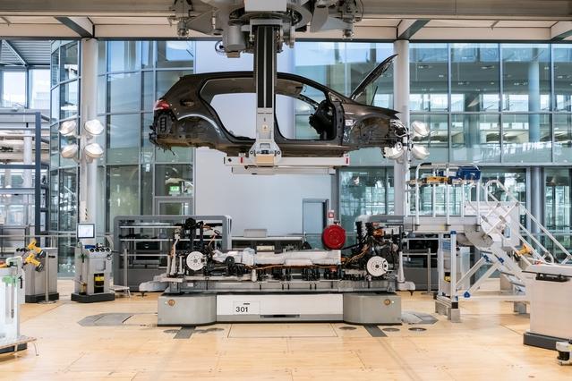 Le « mariage » est le moment où la plate-forme technique rencontre la carrosserie, laquelle est produite à l'usine de Wolfsburg (siège du groupe) et acheminée à Dresde par la suite. Cette phase est assurément l'une des plus spectaculaire de la production, à Dresde comme ailleurs.