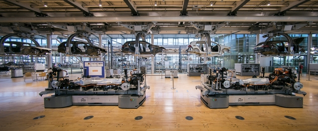 La production de l'e-Golf suit une trajectoire circulaire dans le bâtiment, et se répartit sur deux niveaux. Les carrosseries passent d'une étape du montage à l'autre via un monorail électrique installé au plafond.
