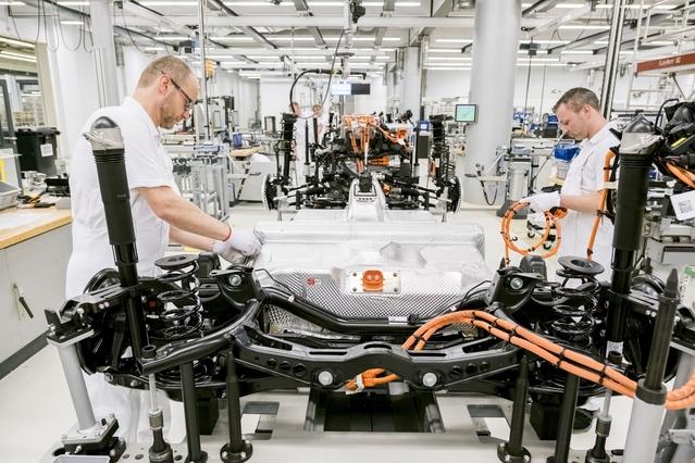 La production de l'e-Golf a débuté début avril à Dresde. On voit ici une plate-forme en cours d'assemblage, avec des ouvriers qui s'occupent notamment de l'installation des câblages. La seule batterie électrique pèse 318 kilos, soit quasiment l'équivalent du surpoids de l'e-Golf par rapport à une Golf essence de puissance équivalente.