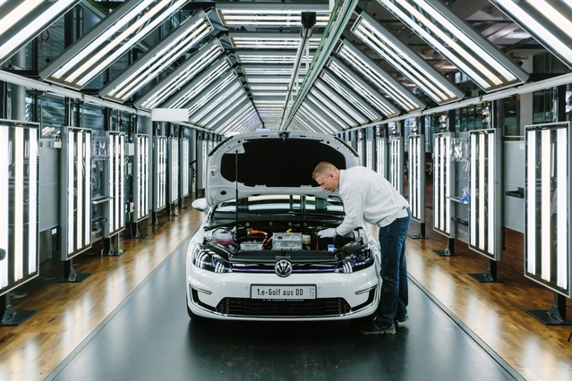 L'assemblage d'une voiture dure quinze heures en tout. Ici, inspection finale de la première e-Golf sortie de l'usine de verre, un modèle destiné à un client norvégien.