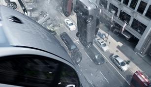Des dizaines de voitures hackées tombent des toits.
