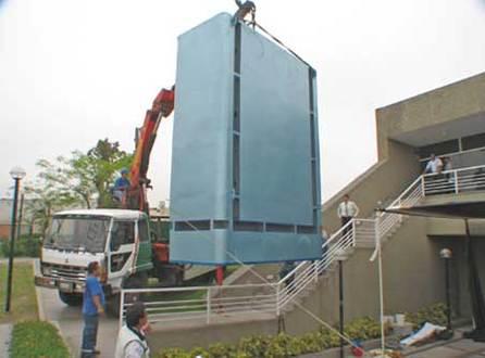 La machine PAU-20, de 5 m de haut, vous protège de la pollution auto !
