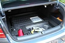 Le câble de recharge se trouve sous le plancher du coffre