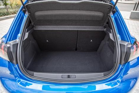 Avec quelques litres de moins, le coffre de la 208 n'a rien de ridicule. Mais l'absence de plancher réglable interpelle...