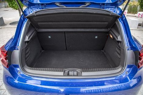 L'ouverture est plus large et il est possible d'avoir un plancher plat une fois les dossiers rabattus.