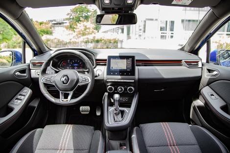 Même s'il révolutionne l'intérieur de la Clio, l'agencement apparaît presque classique face à la 208.