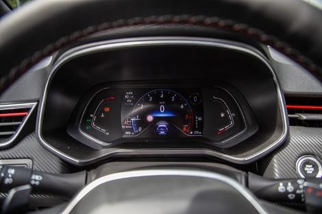 Dans la Clio, seule la partie centrale est remplacée par un écran. Le tout est moins personnalisable également.