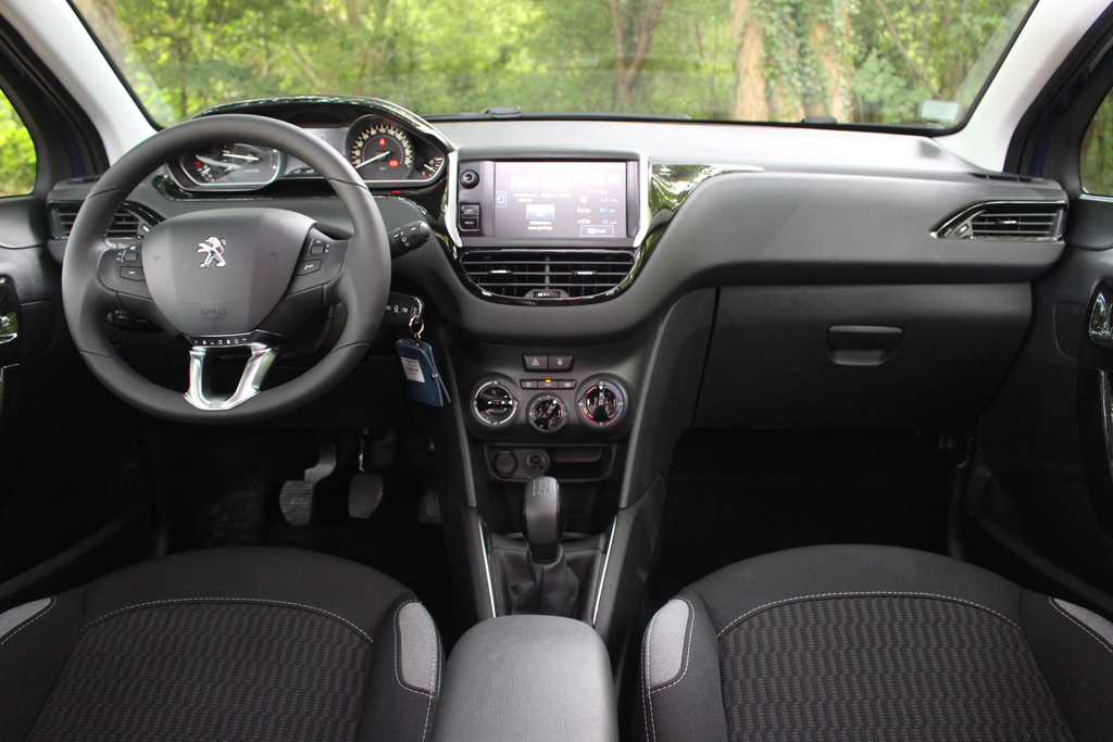 Essai peugeot 208 1 6 bluehdi 75 la plus sobre au monde for Interieur peugeot 208