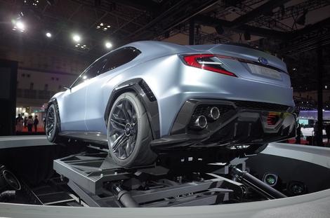 Les spectaculaires pots superposés en diagonale rappellent la Lexus GS F et l'Alfa Giulia Quadrifoglio.