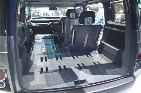 La structure rigide des sièges permet de former un plancher parfaitement plat.