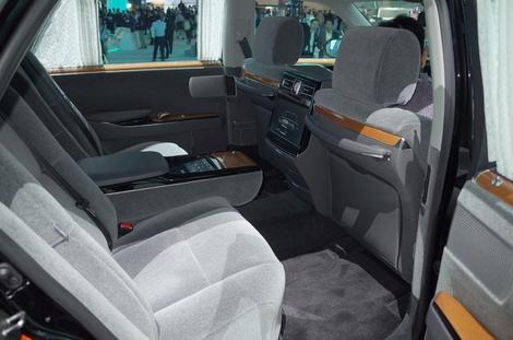 C'est ici, aux jambes, que l'on apprécie tout le confort de cette auto à l'empattement de plus de 3 m...