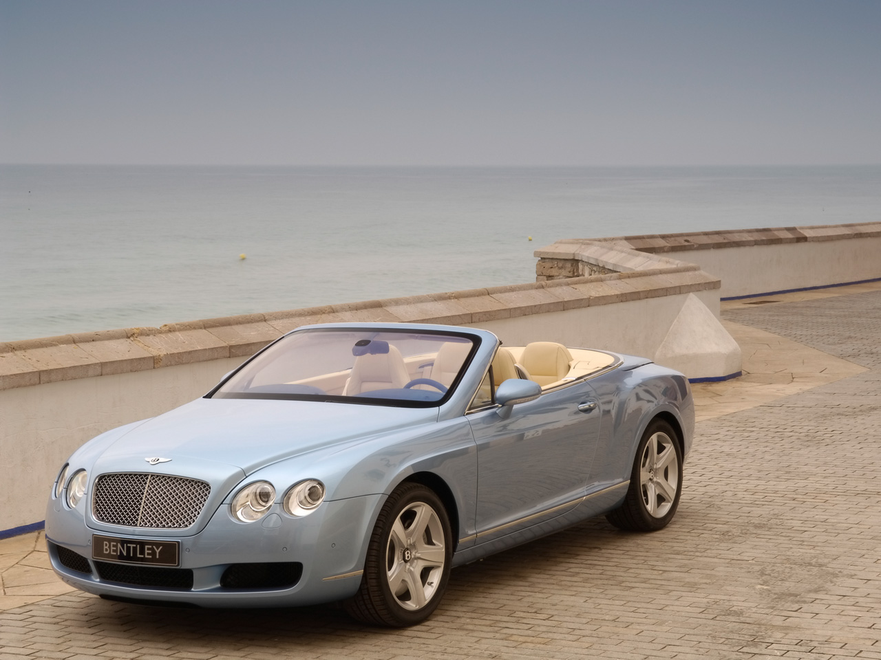 bentley continental gtc cabriolet 4 places et 300km h. Black Bedroom Furniture Sets. Home Design Ideas