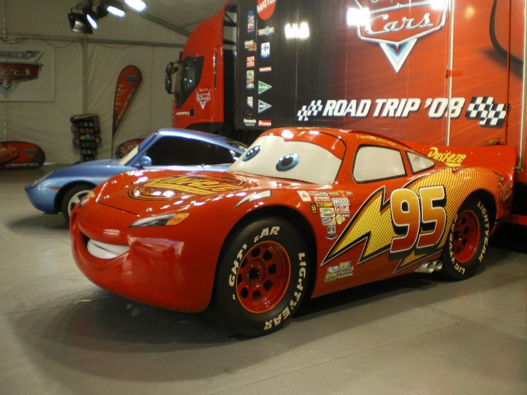 Les h ros de cars s invitent au salon de l auto for Salon pixar paris