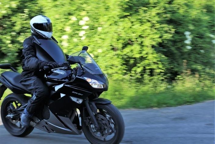 Insolite: motards, roulez avec votre bouclier!