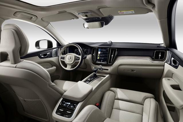 Comme sur les XC90 et V90, la planche de bord se voit surmontée d'un écran multimédia tactile. Celui-ci permet d'accéder aux fonctionnalités de confort, de navigation et d'infodivertissement.