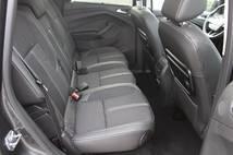 Les sièges latéraux peuvent coulisser latéralement.