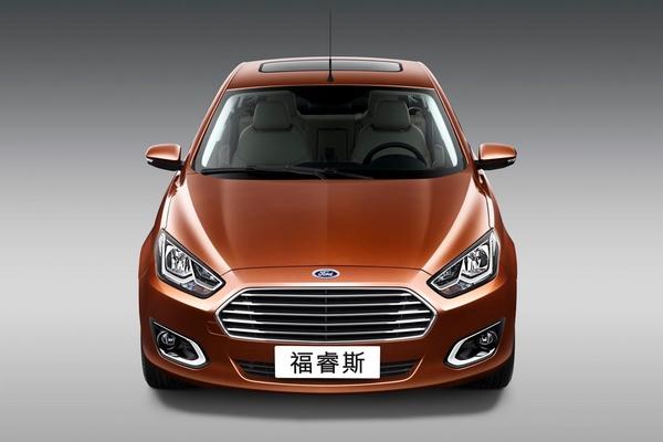 L'Escort dépoussiérée ? S7-Pekin-2014-voici-la-nouvelle-Ford-Escort-de-serie-319701