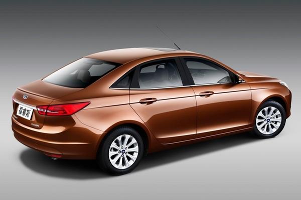 L'Escort dépoussiérée ? S7-Pekin-2014-voici-la-nouvelle-Ford-Escort-de-serie-319702