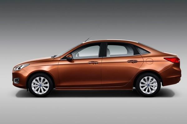 L'Escort dépoussiérée ? S7-Pekin-2014-voici-la-nouvelle-Ford-Escort-de-serie-319703