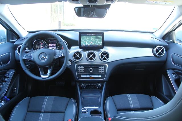 À l'intérieur, il faut un œil plus qu'averti pour repérer les compteurs revus, les contours d'aérateurs modifiés et une rangée de boutons inédite. La qualité de fabrication est correcte pour du premium, mais Audi fait encore mieux.