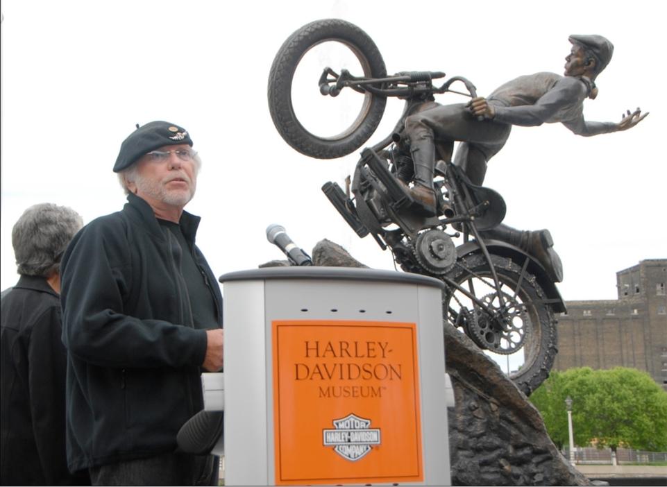 Harley Davidson se fait offrir une sculpture par Willie G. Davidson