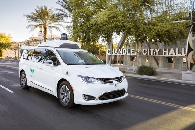 """Les voitures autonomes Google ont parcouru près de 5 mlillions de kilomètres depuis 2009, mais n'avaient jamais jusqu'ici embarqué de """"vrais gens"""", hors opérations ponctuelles."""