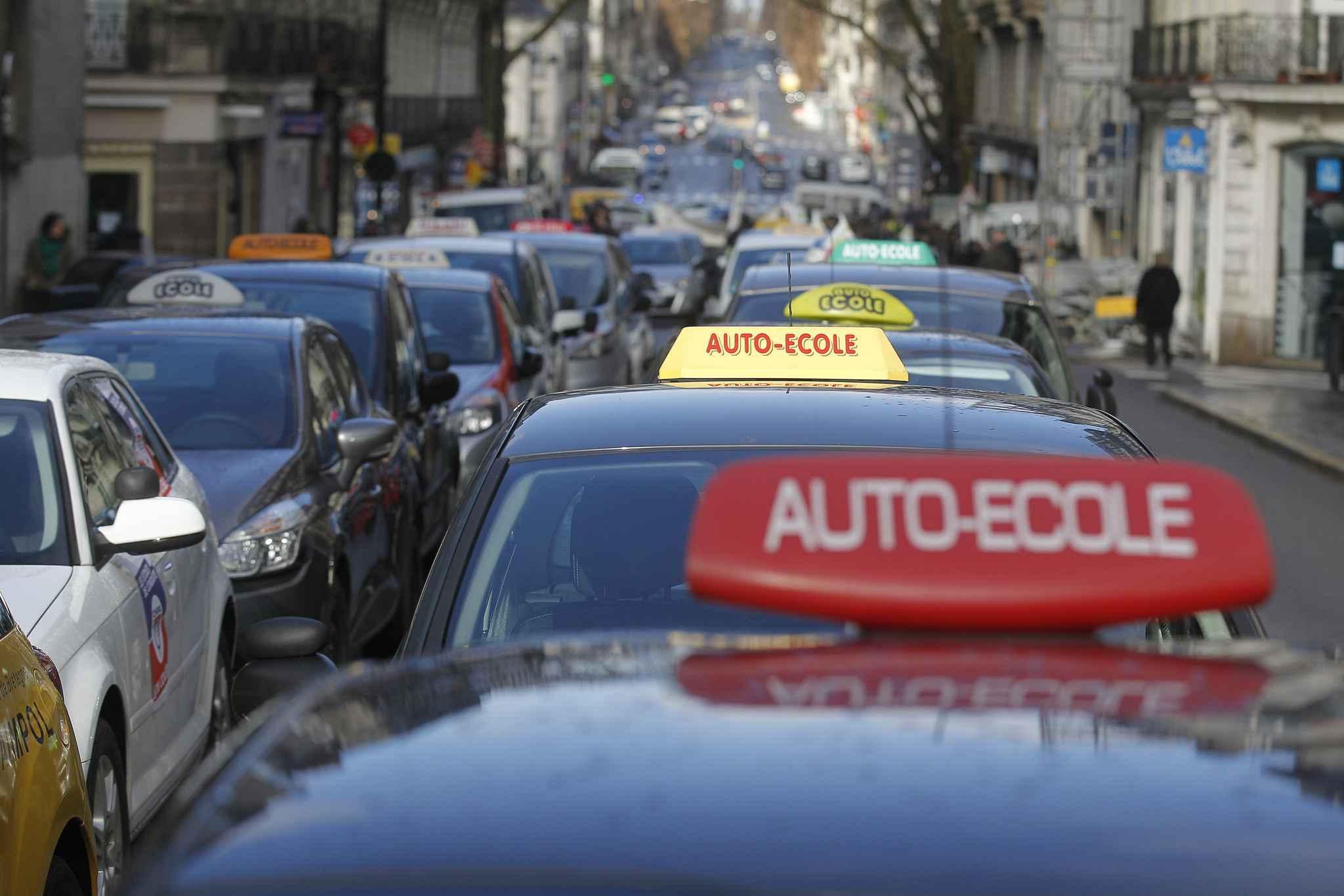 Les auto-écoles ont manifesté le 18 avril dans plusieurs grandes villes de  France contre ca4b836346c7