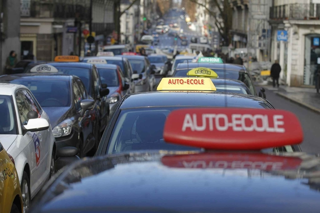 """Les auto-écoles ont manifesté le 18 avril dans plusieurs grandes villes de France contre l'""""ubérisation"""" de leur métier."""