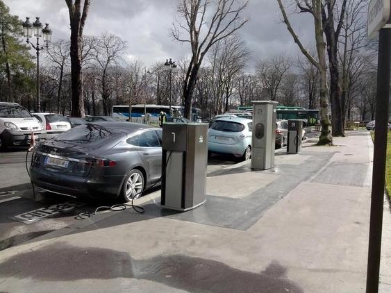 1000 bornes de recharge à disposition des automobilistes parisiens. Mais les voitures électriques, ça coûte encore cher...